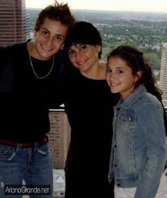 File:Ariana with her mum and brother.jpg