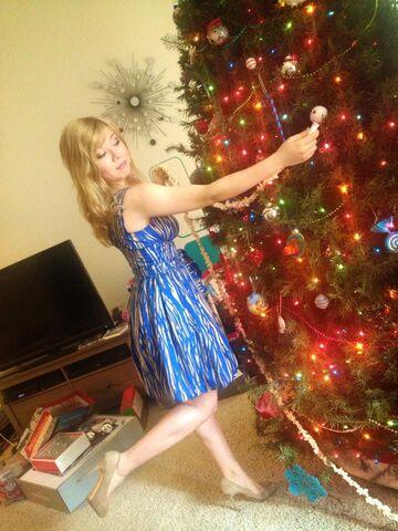File:Jennette decorating her tree.jpg