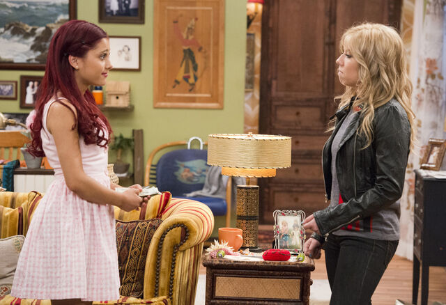 File:Sam and Cat staring at each other in the Pilot.jpg