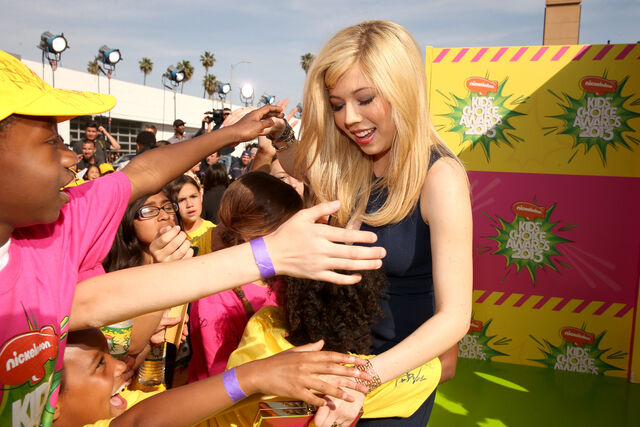 File:Jennette McCurdy meeting fans.jpg