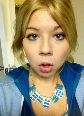File:Jennette with her crazy necklace.jpg