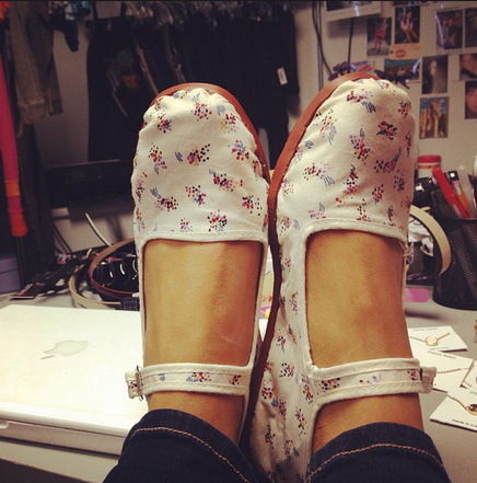 File:Ariana shows her new shoes for Sam & Cat.jpg