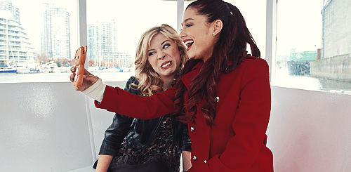 File:Ariana & Jennette taking a selfie.png