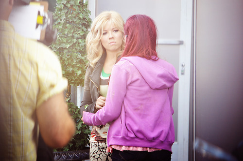 File:Jen and Ari on set during the production of the pilot.jpg