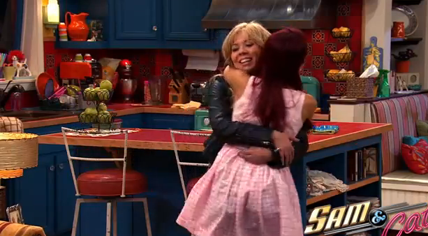 File:Sam and Cat hugging in first promo.png