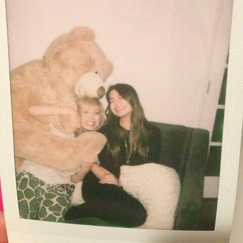 File:Jennette and Miranda with a big teddy bear.jpg