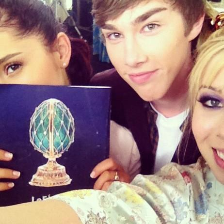 File:Ariana and Jennette with their friend Noah Crawford.jpg
