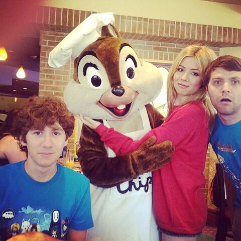 File:Jennette her 2 brothers and Chip July 7, 2013.jpg