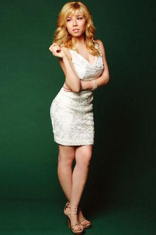 File:Jennette wearing a white dress in a Regard photoshoot.jpg