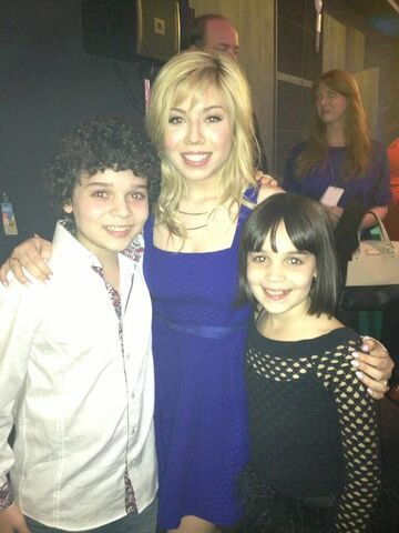 File:Cameron and his sister with Jennette at 2013 pre-KCA party.jpg