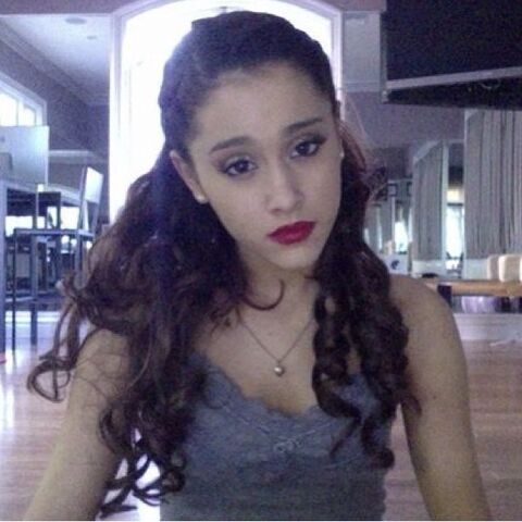 File:Ariana with red lipstick and a blank expression.jpg
