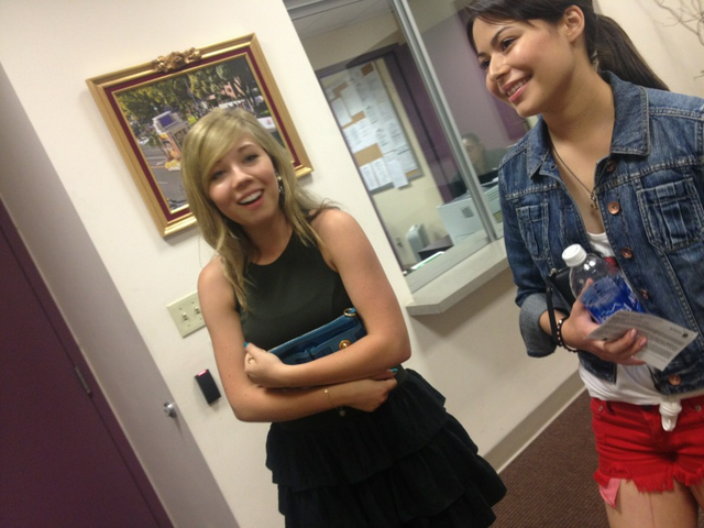 File:Jennette McCurdy backstage with Miranda Cosgrove.PNG
