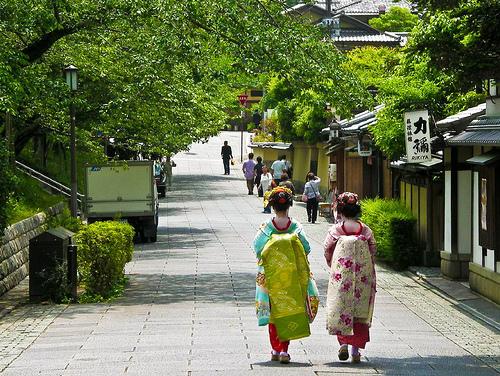 File:Geisha Girls in Kyoto.jpg