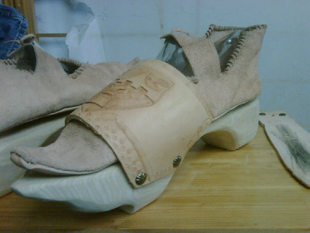 File:Turnshoes and patten angle.jpg