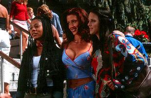 Regina hall shannon elizabeth anna faris scary movie 001