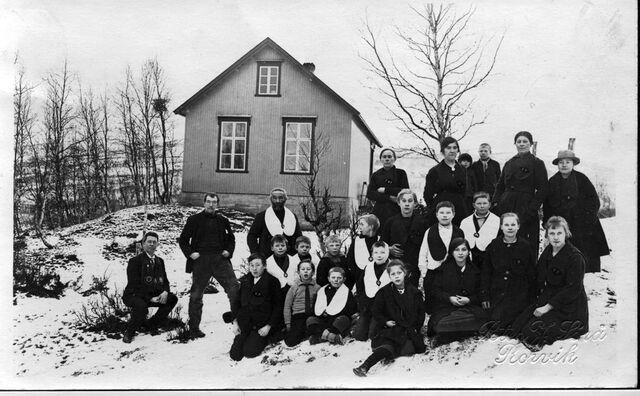 File:Finnfjord around 1916-17 Loge Finnfjord. The school in the background.jpg