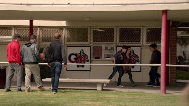 File:Scream S01E01 Pilot 1080p KISSTHEMGOODBYE NET 0622.jpg