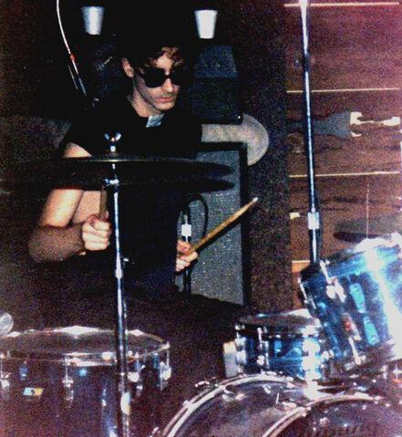 File:Alaric performing in '''Real Music'''. Shellie's Too, Santa Cruz 1979.jpg