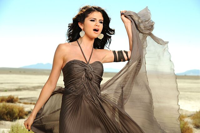 File:Selena-gomez-a-year-without-rain-002.jpg