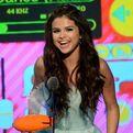 Selena holding her Kids' Choice Award