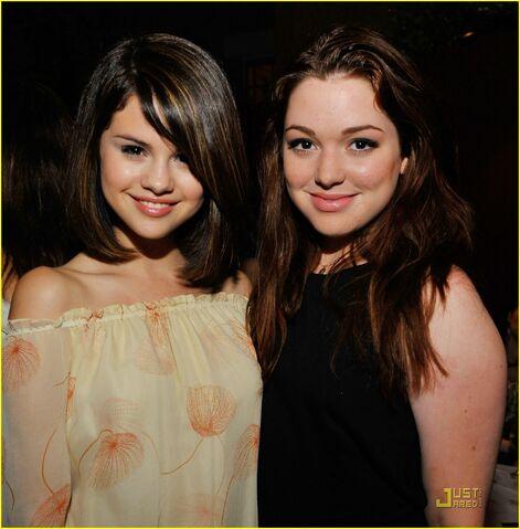 File:Selena-gomez-jennifer-stone-congo-03.jpg