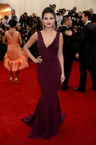 File:Selena+Gomez+Dresses+Skirts+Evening+Dress+v340L61jUwSl.jpg