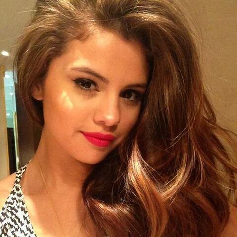 File:Selena gomez twitter selena ZzvqCuAs.sized.jpg