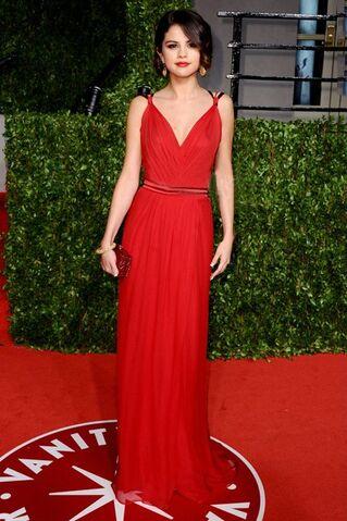 File:Selena-Gomez-dresses-2.jpg