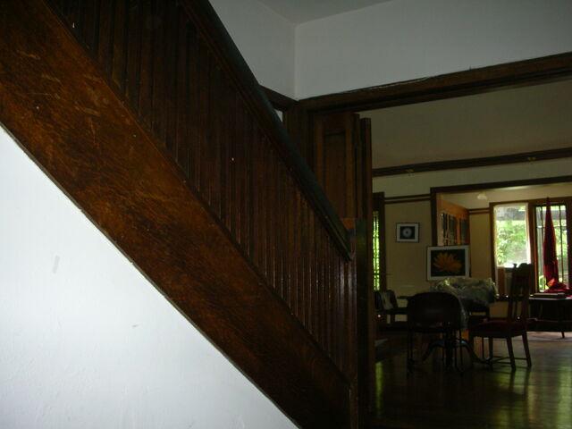 File:Waukegan Prairie House interior stairs greatroom.jpg