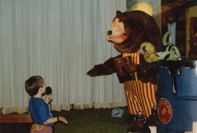 File:Child speaking with Billy Bob at ShowBiz Pizza in Fayetteville, Arkansas.jpg