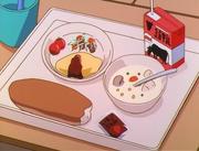 Beika Grundschule - Essen der Kinder - Milchpäckchen - Omurice - Brötchen - Erdbeerkonfitüre