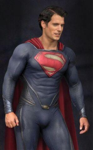File:Superman-man-of-steel-set-photo-costume-henry-cavill-01-371x600.jpg