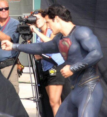 File:Superman-man-of-steel-set-photo-costume-henry-cavill-03-546x600.jpg