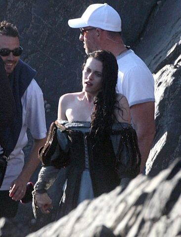 File:Kristen-stewart-snow-white-set-3-09292011-01-430x563.jpg