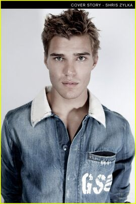 Chris-zylka-bello-07