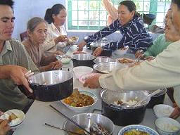 File:Eating solar cooked food in Vietnam.jpg