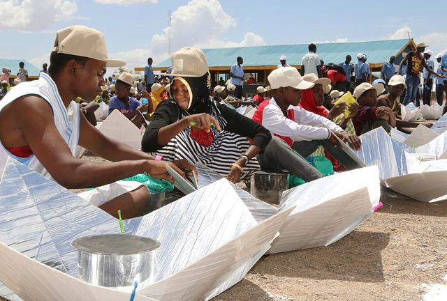 File:Kakuma Surakumbh cooker assembly, 5-8-17.png