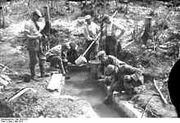 220px-Bundesarchiv Bild 104-0153, Argonnen, Soldaten beim Wasserholen