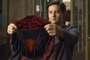 Spider-man 2 tobey maguire looking at costume 01