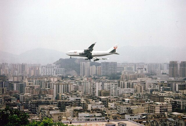 File:HKG Hong Kong a Jumbo Jet approaches Kai-Tak Airport.jpg
