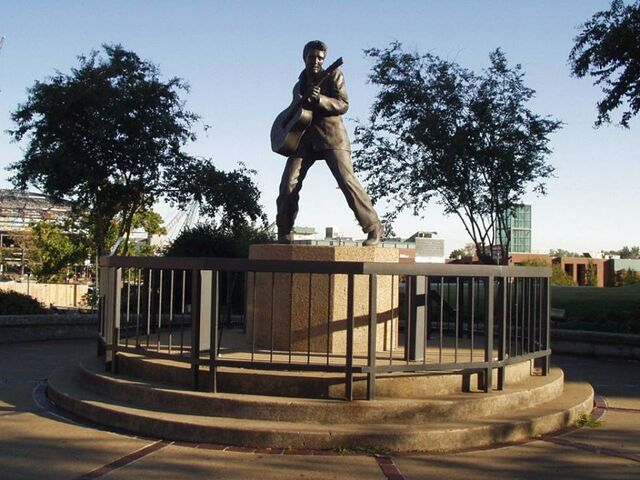 File:RealWorld King of Rock'n'Roll Statue.jpg