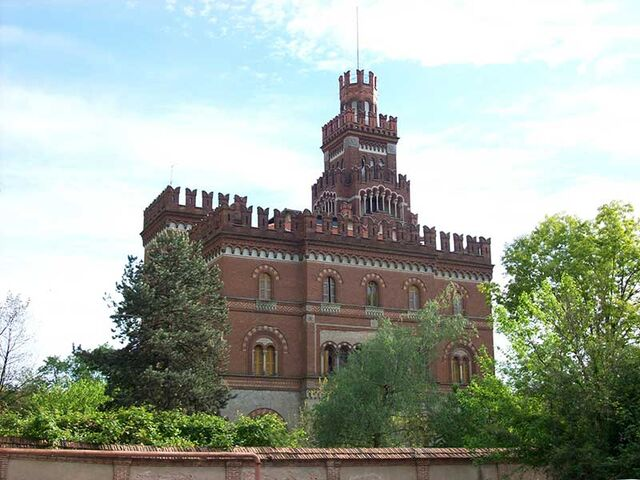 File:RealWorld Crespi d'Adda Castle.jpg