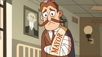 S2E27 Old Echo Creek mayor with arm in a cast