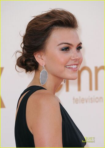 File:Aimee-teegarden-emmy-awards-05.jpg