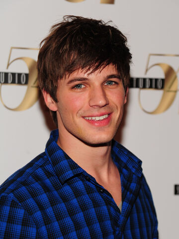 File:Matt-lanter-casual-blue-shirt.jpg