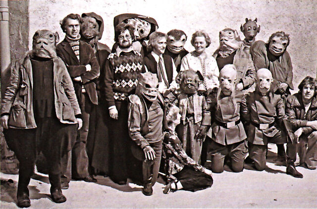 File:Mos Eisley BTS group shot.jpg