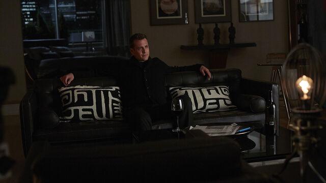 File:S04E13Promo02 - Harvey.jpg