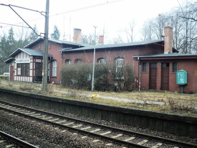Plik:Stacja Szczecin Łękno budynek stacji.jpg