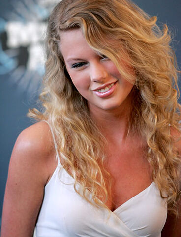 File:Taylor-swift smile look down white dress.jpg