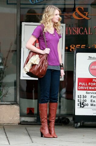 File:Taylor swift 74160 celebutopia taylor swift wearing boots while waiting outside jerry31s deli 09 122 527lo YJkwqya sized.jpg